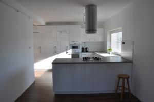 kuchyna_biela_vysoky_lesk